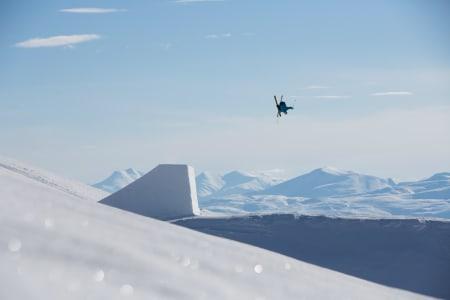 FØRST UT: Jesper Tjäder har en tendens til å bli testpilot på store hopp. Glomfjord var intet unntak. Her har han blitt varm i trøya og kjører en dobbel. Foto: Thomas Kleiven