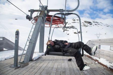 SJEFEN FOR DET HELE: Både hodet, lommeboken og kroppen til Filip Christensen fikk kjørt seg i løpet av ti dager i Glomfjord. På siste skidagen ble det en blund i stolheisen. Foto: Thomas Kleiven