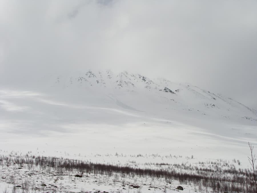 GAUSTATOPPEN: Tåkete, men fine snøforhold på Gaustatoppen 19. mai. Foto: Vigdis Barland