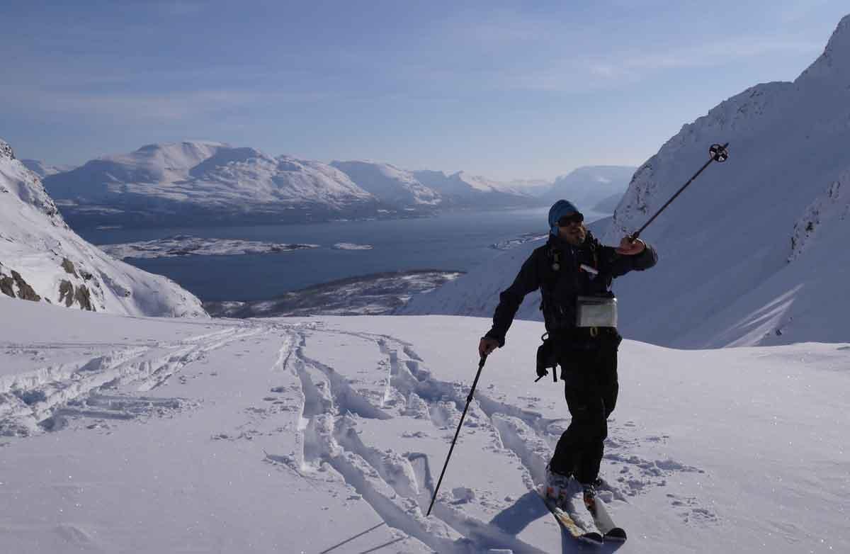 UNGDOMSKURS: Tindevegleder Mikal Nerberg arrangerer gratis skredkurs og fjellferdsel for ungdommer i Lyngen i vinterferien. Foto: Amandine Deschamps