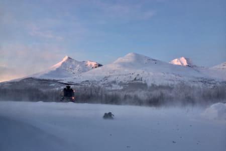 Den tredje av totalt fire skredtatte skiløpere i Tamokdalen er hentet ut av fjellet i dag. Det graves videre etter den siste. Foto: Sjur Melsås