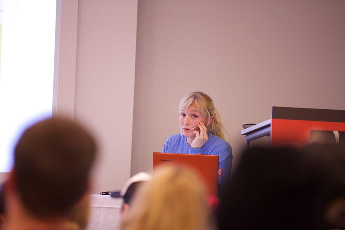 INTERESSE: Sogndal viste en enorm interesse for skredlæring under skredkvelden. Her med foredragsholder Birgit Rustad. Foto: Håvard Nesbø