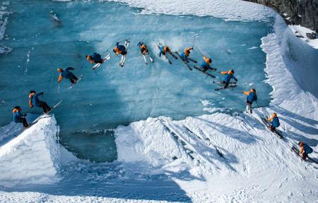 ICE CALL: Frikjører Sam Favret kjører på si på Frankrikse største isbre, Mer de Glace. Her finner han en terrengpark med naturlige half pipes,kickers og tunneler. Foto: Fabian Bodet
