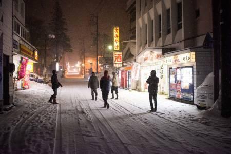 I SENTRUM: Hovedgata i Myoko byr på mange autentiske japanske opplevelsar. Her er det mogleg å finne små juvelar av nokon restaurantar som serverer mat du ikkje har sett maken til i Europa. Foto: Daniel Rönnbäck