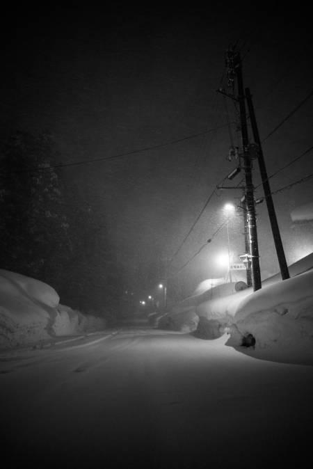 ARBEID VENTAR: Ikkje før brøytemannskapet er ferdig for kvelden begynner snøen å tette igjen gatene. Slikt blir det brøytekant av. Foto: Daniel Rönnbäck