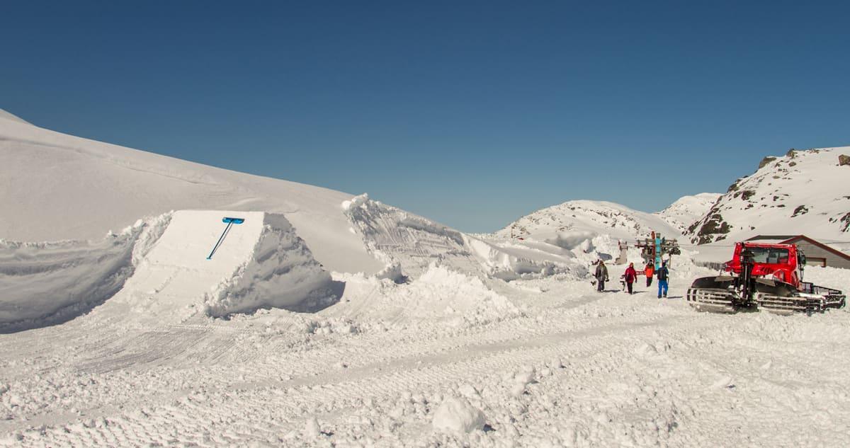 FONNA NÅ: Enorme snømengder og en overivrig parkbygger. Det lover godt for sommersesongen på Folgefonna. Foto: Jan Petter Svendal