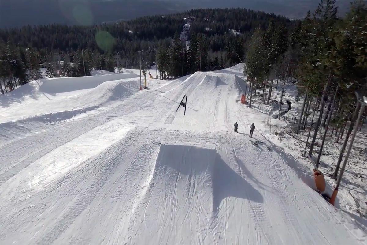 VERDENS FØRSTE?: Dette er mest sannsynlig første gang noen tar backflip på hoppski. Foto: Skjermdump