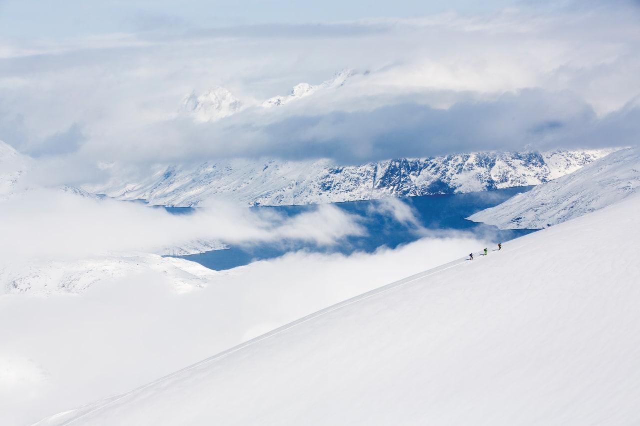 ET EGET LAND: Martin Letzter, Johan Engebratt og Tom Seeman på veg opp mot toppen Utsiqt. Toppnavnet er ikke offisielt,men skapt av gruppen. Få topper på kartet hadde navn. Alle foto: Fredrik Schenholm