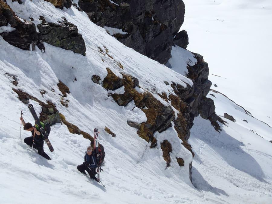 PÅ VEI OPP: Karene på vei opp til den navnløse toppen på 1665 moh. Foto: Asbjørn Berge