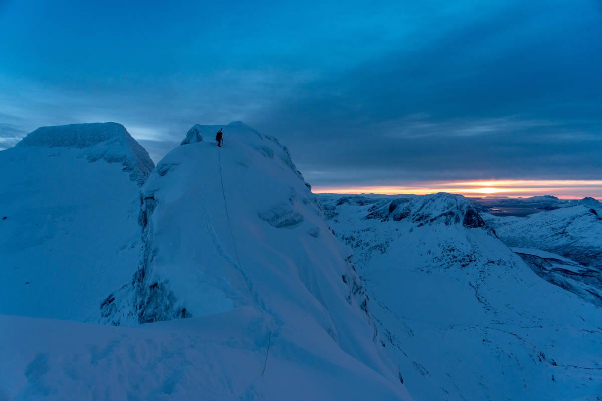 VAKKERT: Tinderangle-skituren over de fem toppene på Strandtindtraversen byr på noe av Helgelands flotteste natur. Foto: Signar André Nilsen