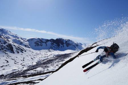 PROFFEN: Stian Hagen koser seg i vårsnøen på vei ned mot Memurubu.