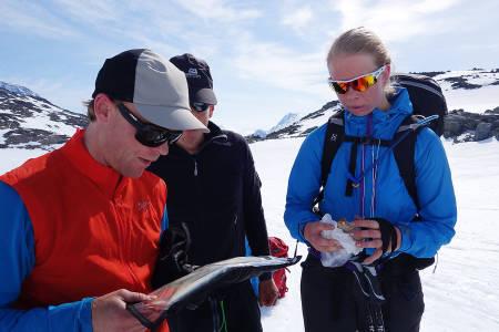 FINNER VEIEN: Stian Hagen studerer ruta sammen med Jannik Kvaal og Hildegunn Pettersen.
