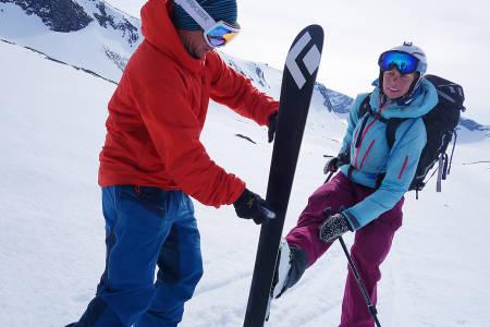 GLIEKSPERT: Stian Hagen er sponset med skismurning. Hildegunn Pettersen får et strøk før et flatere parti.