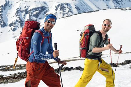 GLADE GUTTER: Bre og Fjell-guidene Gjert Grødal og Einar Løken har en bra arbeidsdag på vei mot Glittertind.