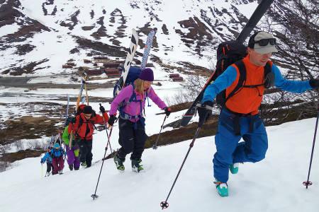 BOOTING: På vei til Galdhøpiggen festet vi skiene på sekken. Der ble de helt til vi kom til toppen. Stian Hagen fører an.