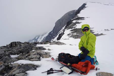 VÆR: På Galdhøpiggen fikk vi merke at sola ikke alltid skinner i Jotunheimen. Stian Hagen vurderer nedkjøringsalternativene.