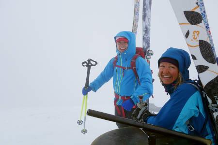 YES! At vi ikke ser mer en 30 meter, legger ingen demper på gleden ved å nå Norges høyeste fjell for Erlend Bremnes  og Turid Kleveland.
