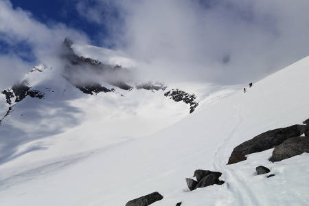 GJENNOMBRUDD: Etter noen grå timer på morgenkvisten, kom toppen av Storebjørn til syne.