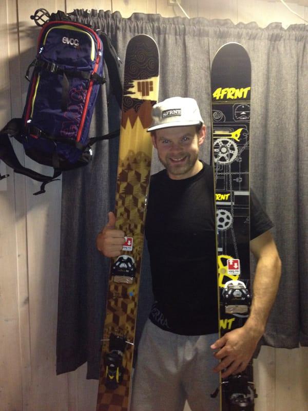 NYTT STÆSJ: Hans Petter Bakke har fått ny caps av sin nye sponsor. Og et par ski og en sekk. Foto: Lillian Jakobsson