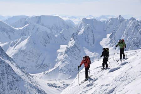 116 MÅL: Førstekvinne eller -mann som dokumenterer bestigning av alle de 116 toppene i boka Toppturer i Troms kan vinne fete premier! Foto: Espen Nordahl
