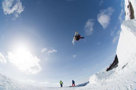 TRENING: Slopestyleløypa i Oppdal består av to railsetups og tre hopp. Her fra det siste og største hoppet under treninga torsdag. Foto: Tore Meirik