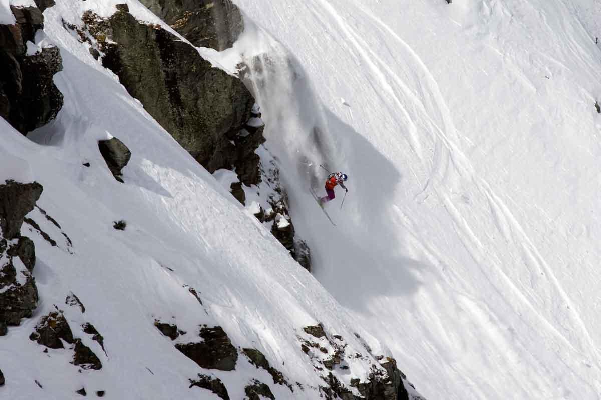 VERDENSMESTER X 2: Ane Enderud har blitt verdensmester i frikjøring to ganger og hun har deltatt i en drøss skifilmer. Men i dag bruker hun også tid på grønnsakhagen sin. På dette bildet er hun få sekunder fra å sikre seg seieren i den prestisjetunge FWT-konkurransen Verbier Extreme. Foto: FWT