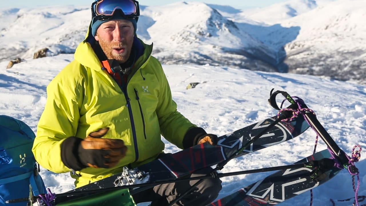 LAGER KJELKE: Tindevegleder Jørgen Aamot viser hvordan du kan lage skikjelke av utstyret du har med på tur. Bilde: Benjamin Hjort