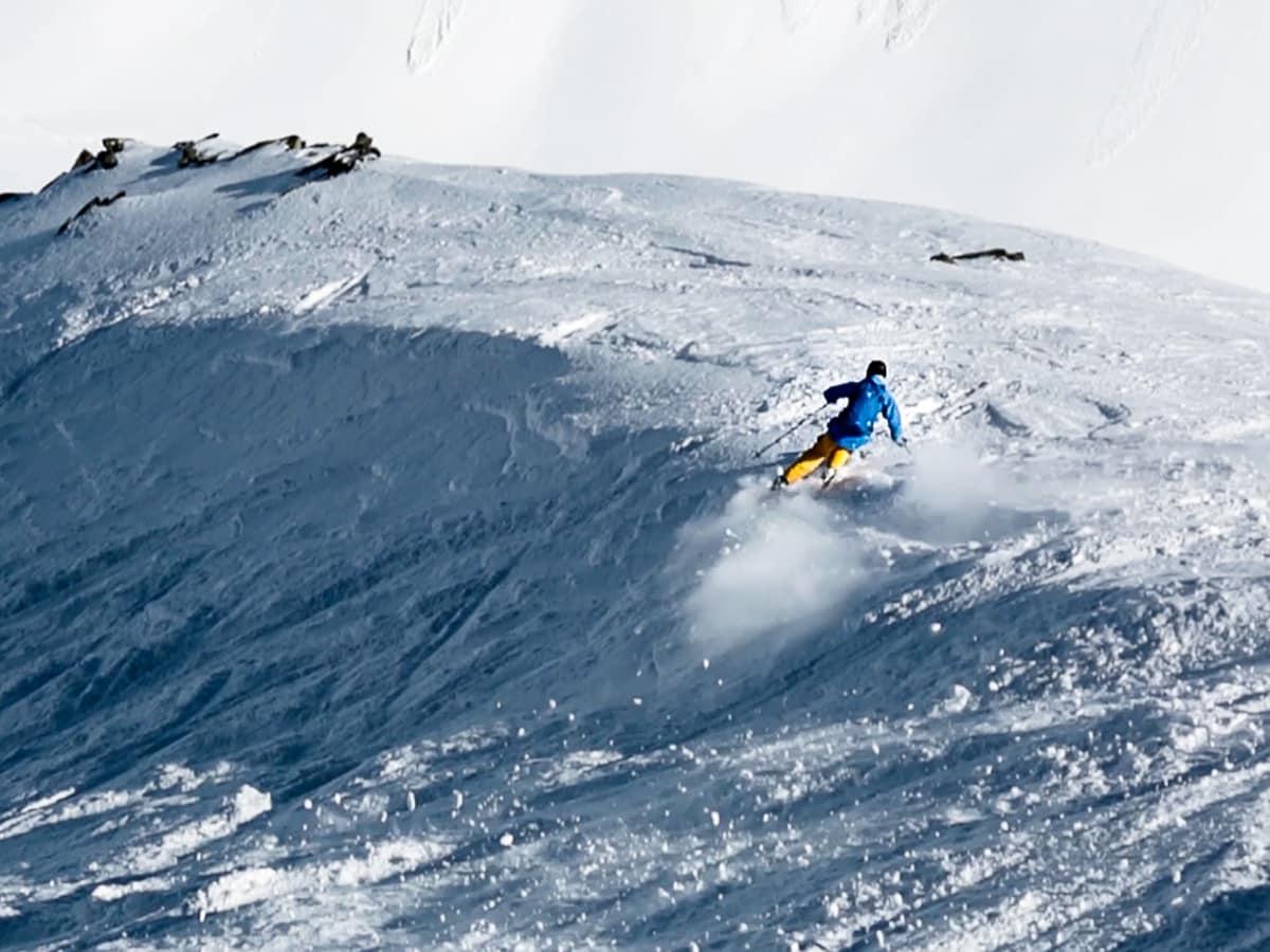 IKKE ALLTID PUDDER: Det å stå på ski i varierende snøforhold er en kunst, og noe enhver frikjører må innfinne seg med. Kanksje har Asbjørn Eggebø Næss noen tips? Bilde: Christian Nerdrum