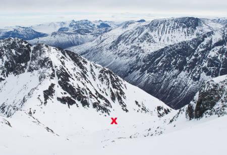 ULYKKESSTEDET: Skredulykken skjedde i Kannsdalen, sørøst for Litlskjorta i Sunndalsfjella. Det røde krysset markerer stedet hvor de fire omkomne ble funnet. Skredet, som etter all sannsynlighet var selvutløst, gikk oppe i fjellsiden opp til venstre for krysset. Foto: Tore Meirik