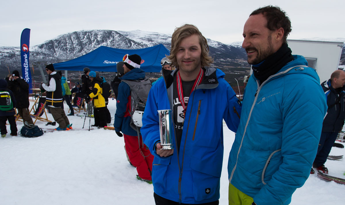 TOPPKARER: Aleksander Aurdal med Kongepokalen som viser at han er landets beste slopestylejører, sammen med Kronprins Haakon. Foto: Tore Meirik