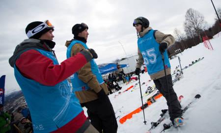 Vegard Hokstad, Magnus Solheim og Johan Berg slår av en prat