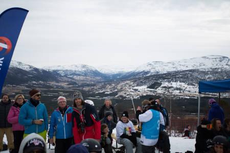HKH Haakon Magnus, Mikkel Berg og Christopher Frankum diskuterer slopestyle over en kaffe