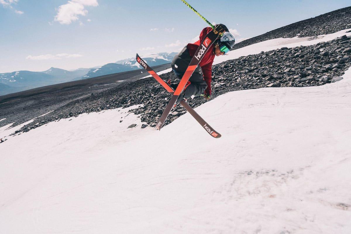 INGEN PARK: Hvis Anders Backe skal gjenta denne tailgrabben på Galdhøpiggen sommerskisenter denne sommeren må han bygge hoppet sjøl. Foto: Field Productions