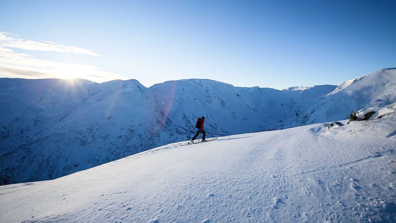 OPPTUREN: Bård Smestad på vei opp Togga i Sogndalsdalen for to helger siden under innspillingen av den nye serien Toppturfeber. Bilde: Christian Nerdrum
