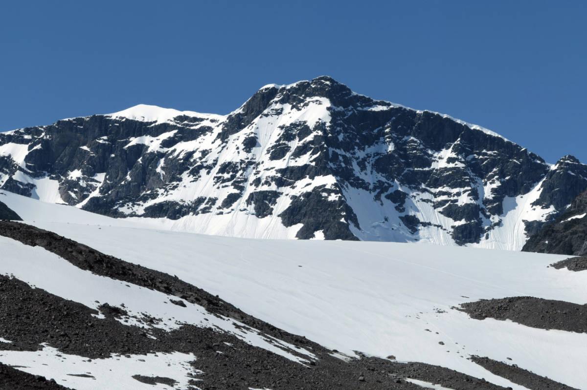 SMELTET: Sydtoppen (til venstre i bildet) er ikke lenger den høyeste toppen. Nå er det nordtoppen (til høyre) som er høyest. Foto: Wikimedia Commons