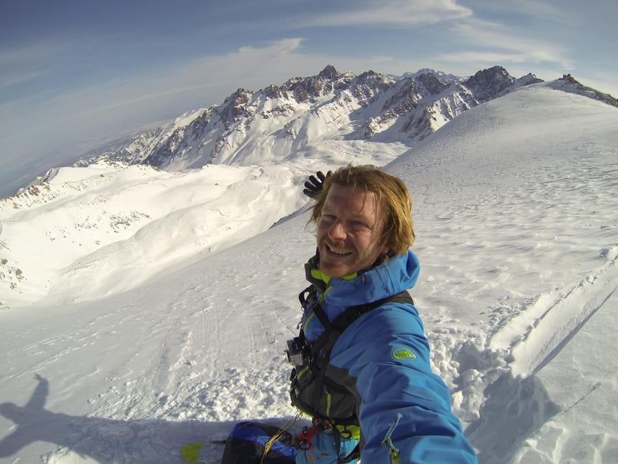 ERFAREN: Espen Fadnes har flydd mye helikopter, også i Norge, både for å kjøre ski og hoppe fallskjerm. Her er han på filmopptak i Kasakhstan med Warren Miller og helikopter. Foto: Espen Fadnes