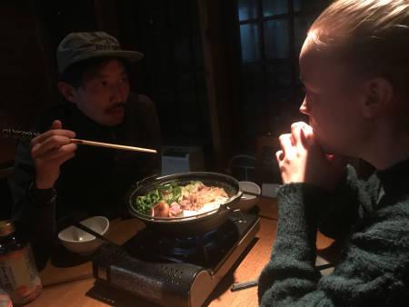Mari Sannes Innerdal spiser noe eksotisk mat mens hun får en innføring i Japansk kotyme.