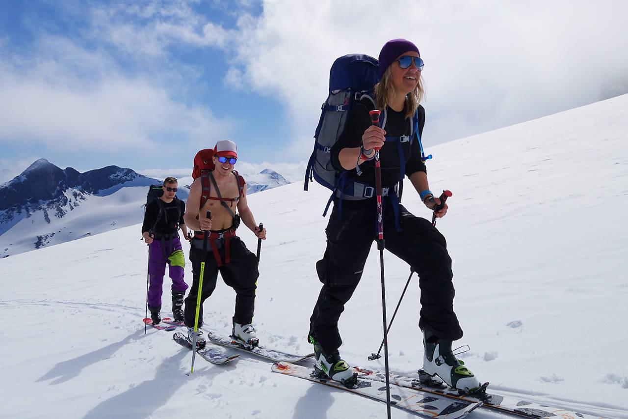 SISTE DAG: Øystein Benjaminsen, Erlend Bremnes og Turid Kleveland på vei mot Storebjørn. Foto: Erlend Sande