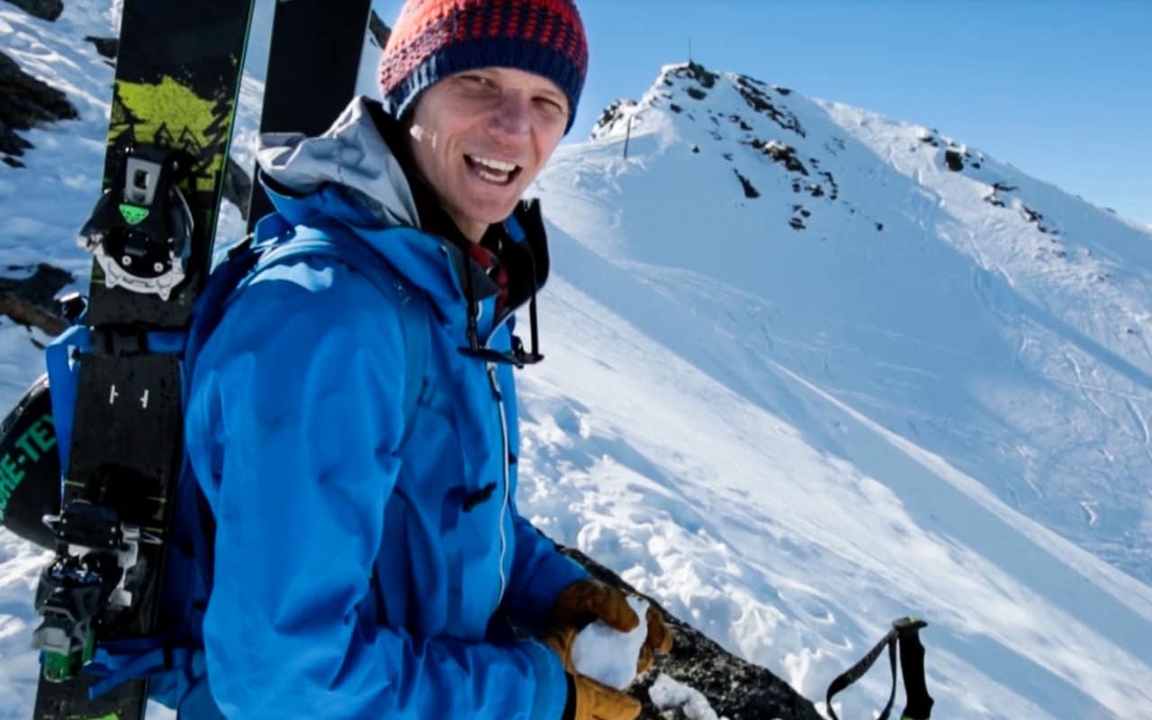 SNØMANN: Asbjørn Eggebø Næss er en råtass på snøballkasting. Hvorfor han gjør det på toppen av linja si, kan du se i filmen.
