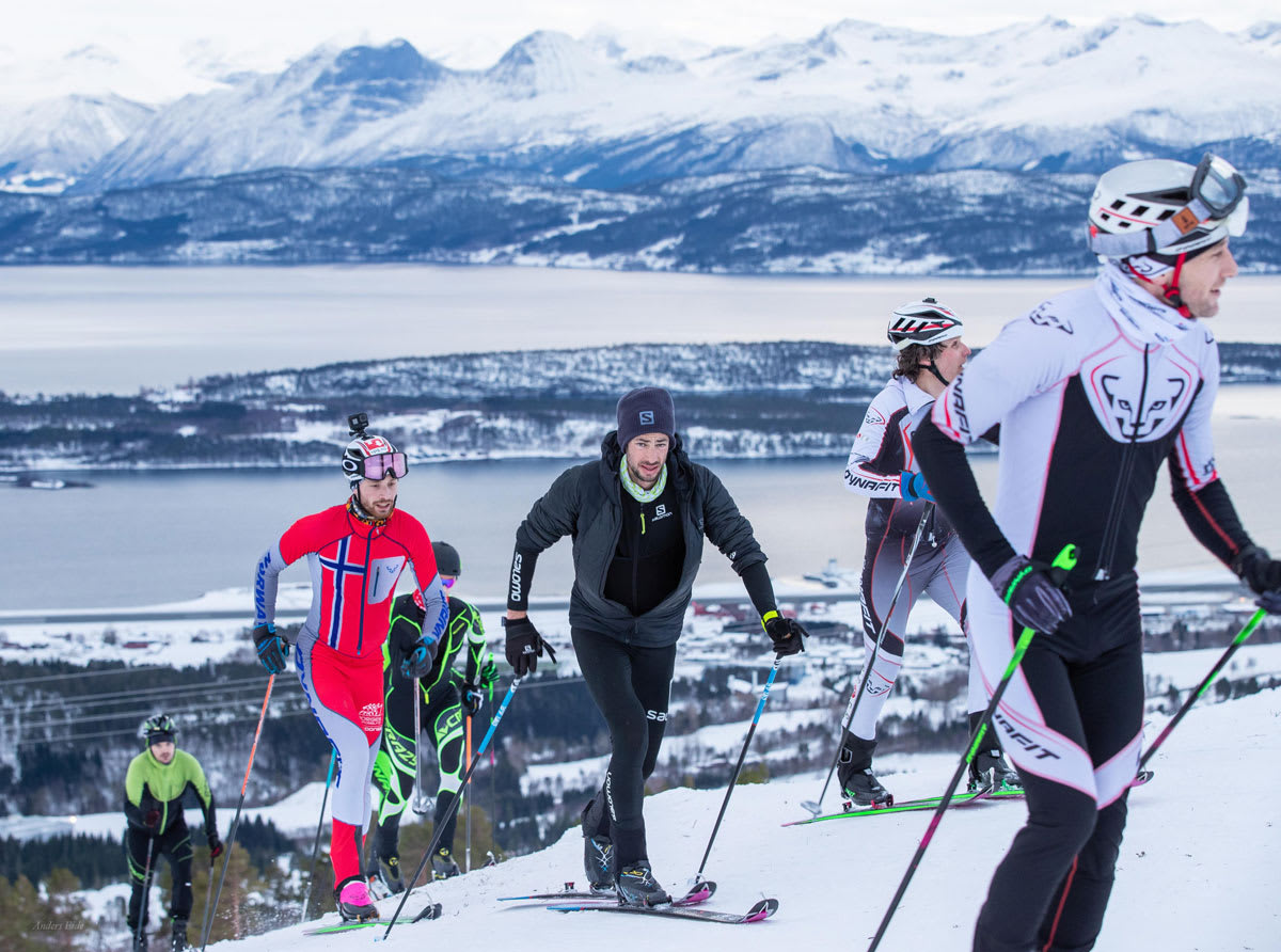 VERDENSREKORD: Kilian Jornet (i svart) gikk på ski i ett døgn med snittfart på over 1000 høydemeter i timen i motbakkene. Ola Hovdenak (ved siden av Kilian) er temmelig imponert over spanjolen. Foto: Anders Eide