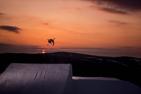 VELKOMMEN TIL MEGAPARK: I morgen blir du tatt i mot av blant andre Anders Backe. Han lover en fresh og funny park på Hafjell. Foto: Vegard Breie