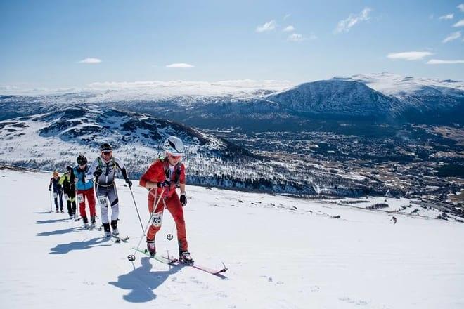 LOVENDE: Slikt vær kan det fort bli på førstkommende lørdag og, her er deltagerne på vei opp til toppen av Vangslia. Foto: Martin I.Dalen.