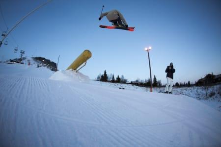 KANONRAIL: Johan Berg flyr av oppoverbakkerailen. Foto: Andreas Løve Storm Fausko