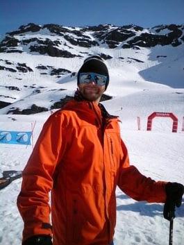 TIL FOTS: Asle Tangvik tar seg til toppen av kvaliksiden på en fot.