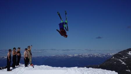 BACKFLIPFESTIVAL: Ingen skicamp uten en drøss backfilps. What!-campen på Folgefonna i år var intet unntak. Foto: David Kantermo