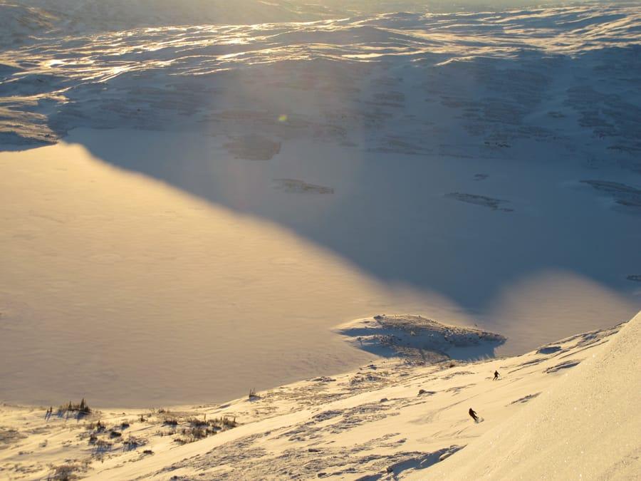 RIMFROST: Når de store snøfallene uteblir må man klare seg med rimfrost. Dette er på Vålåkleppen i Meråker. Foto: Bård Smestad