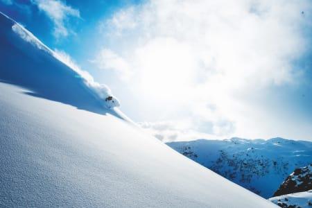 VÆRSKIFTE: Kald luft tørket snøen og jagde vekk suppesikten. Sondre Loftsgarden nyter godene på toppen av Fjellhaugen Skisenter. Foto: Vegard Breie