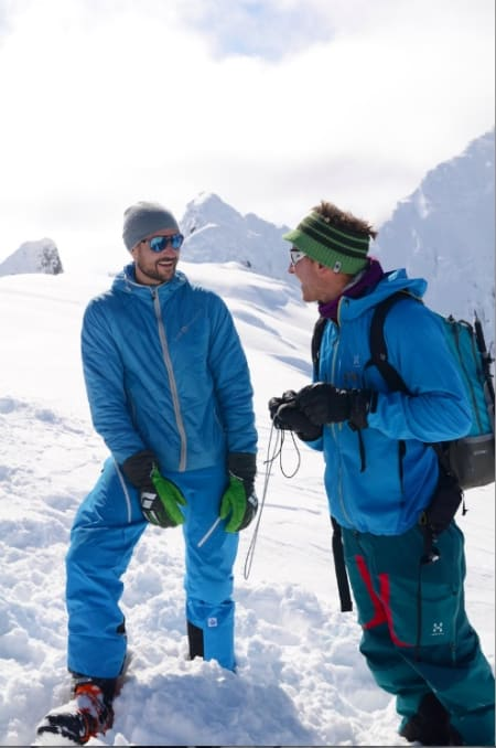 JOVIALT: Kronprins Haakon og Nils Nielsen i passiar på toppen av Lauvnostind. Foto: Erlend Sande