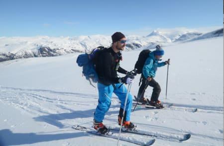 NÆR MÅLET: Kronprins Haakon og Torjus Loen på vei mot toppen. Foto: Erlend Sande