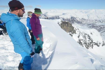 FRISTENDE: Kronprins Haakon og guide Nils Nielsen ser på en bratt linje ned mot Ringsdalen. Foto: Erlend Sande